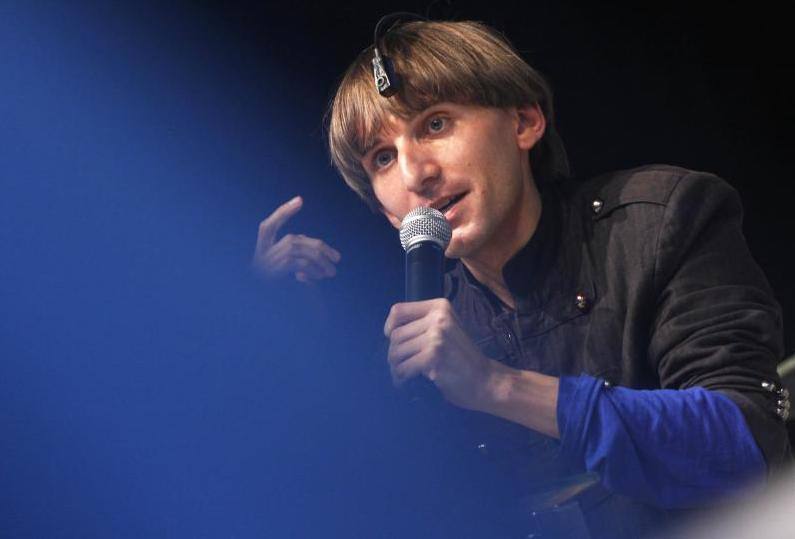 Colour blind Neil Harbisson is the first person to implant a cyborg antenna in his skull Campus Party Brazil