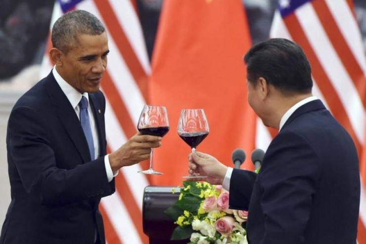 image of U.S. President Barack Obama, left, toasting with Chinese President Xi Jinping at a lunch banquet in the Great Hall of the People in Beijing